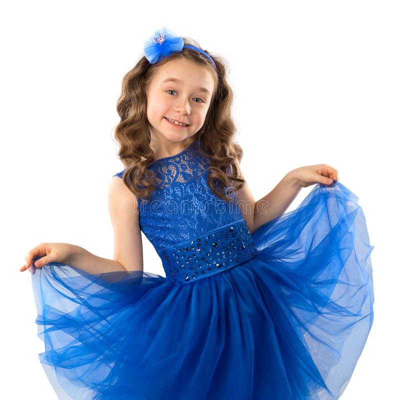 Porträt eines netten kleinen Mädchens in blauem Prinzessinkleid, auf weißem Hintergrund stockfotos