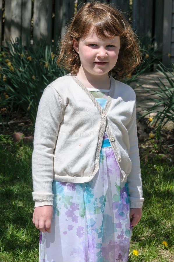 Porträt eines netten kleinen Mädchens, das draußen lächelt lizenzfreies stockbild