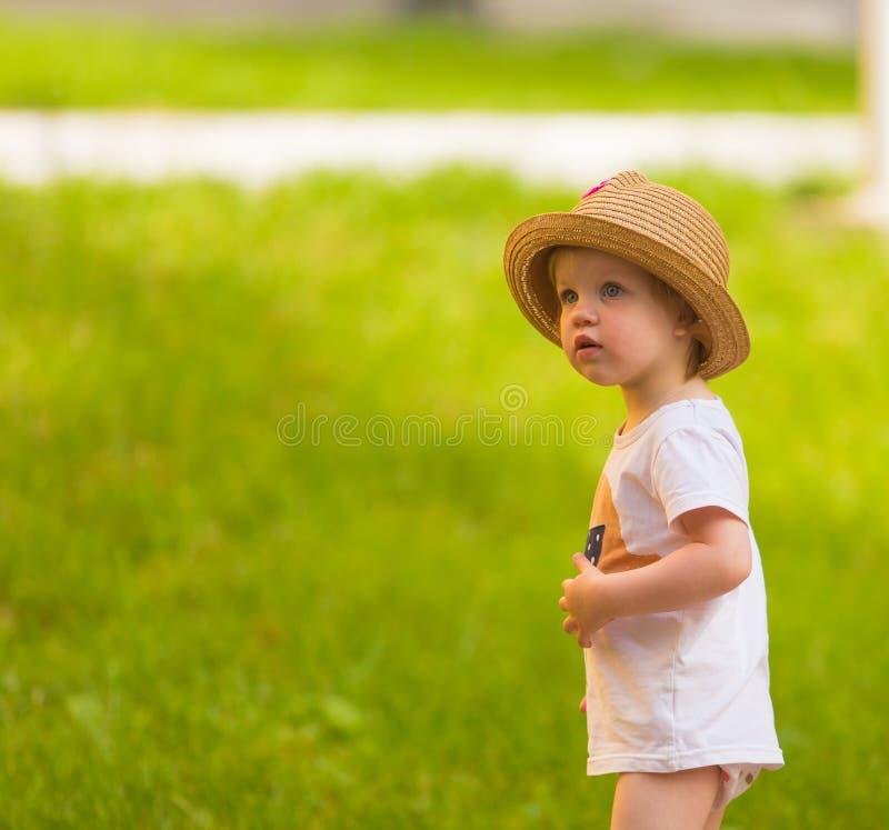 Porträt eines netten Kleinkindmädchens in einem lustigen Hut lizenzfreies stockbild