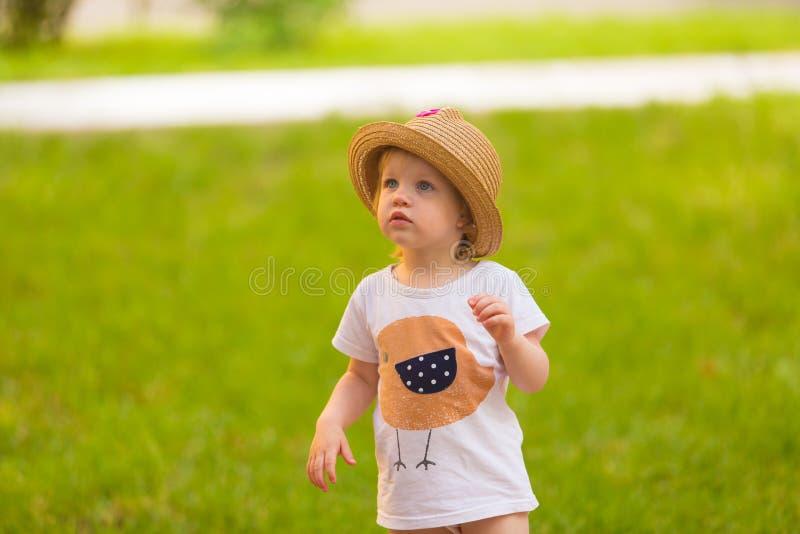 Porträt eines netten Kleinkindmädchens in einem lustigen Hut lizenzfreie stockbilder