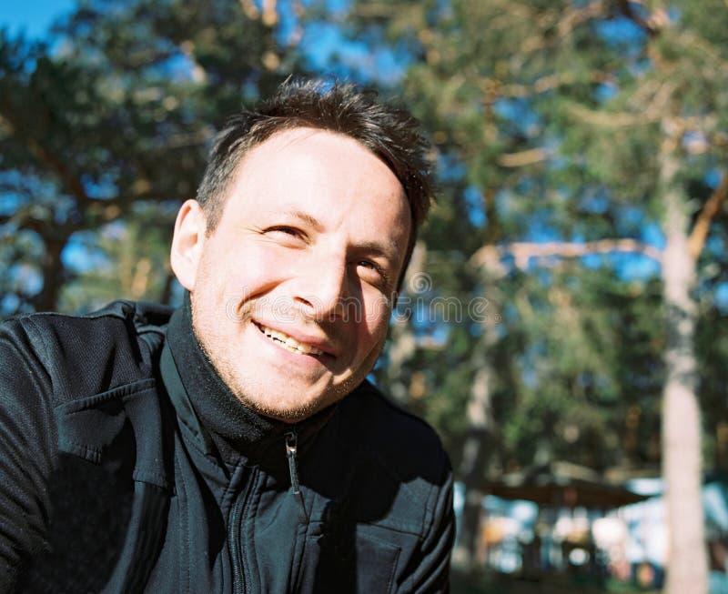 Porträt eines netten lächelnden Mannes von dreißig Jahren lizenzfreies stockbild