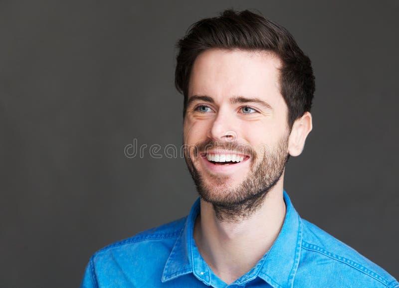 Porträt eines netten Lachens des jungen Mannes lizenzfreie stockfotos