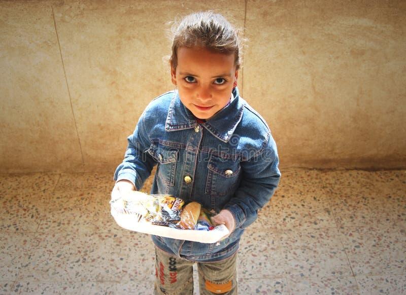 Porträt eines netten Mädchens, das ihre Mahlzeit hält stockfotos