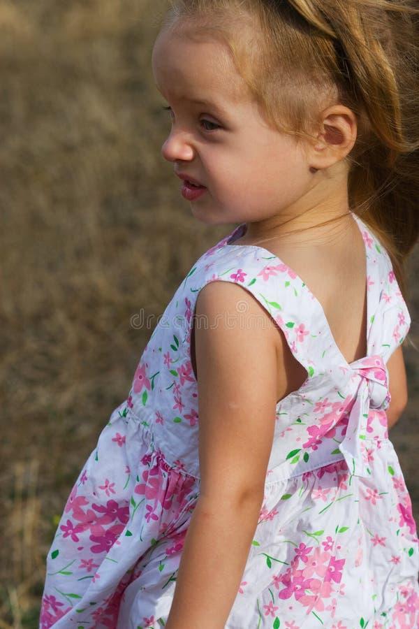 Porträt eines netten Mädchens im Profil lizenzfreies stockbild