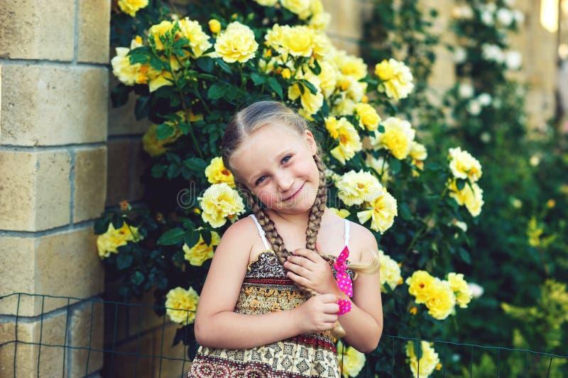 Porträt eines netten Mädchens mit Zöpfen stockbilder
