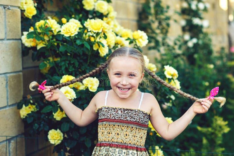 Porträt eines netten Mädchens mit Zöpfen lizenzfreie stockbilder