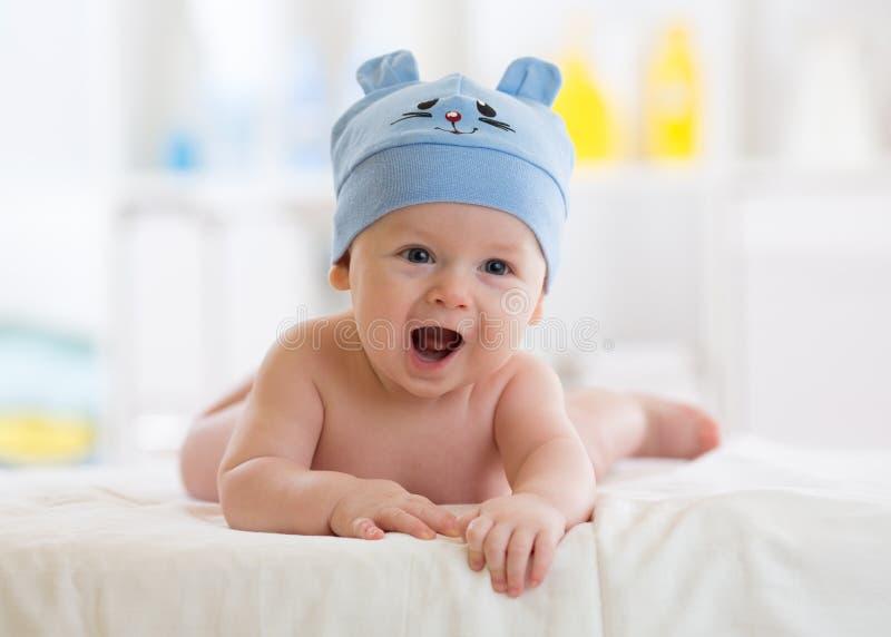 Porträt eines netten 3-Monats-Babys, das sich auf einer Decke hinlegt stockbilder