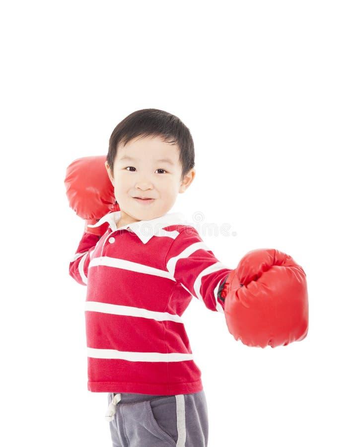 Porträt eines netten sportlichen Jungen in den Boxhandschuhen stockbild