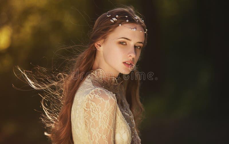Porträt eines netten träumerischen Mädchens, das draußen Retro- Bluse und Rock trägt Weiches Weinlesetonen stockbilder