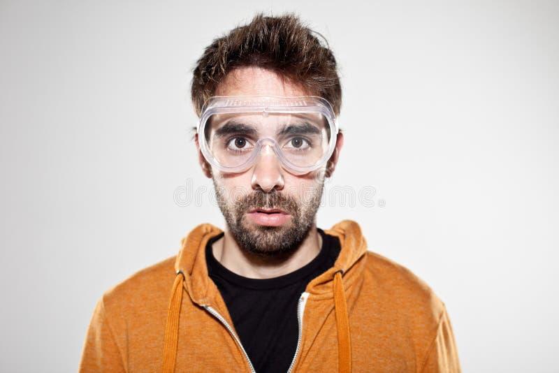 Porträt eines normalen Jungen mit chemischen Schutzbrillen stockbilder
