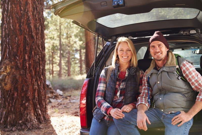 Porträt eines Paares durch ihr Auto bevor dem Wandern, Kopienraum lizenzfreie stockfotografie