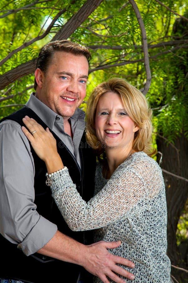 Porträt eines Paares in ihrem 40s, das ihren Jahrestag feiert lizenzfreie stockfotografie