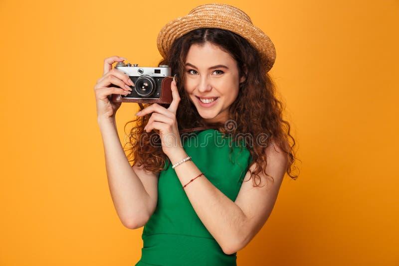 Porträt eines recht gelockten behaarten Mädchens lizenzfreies stockfoto