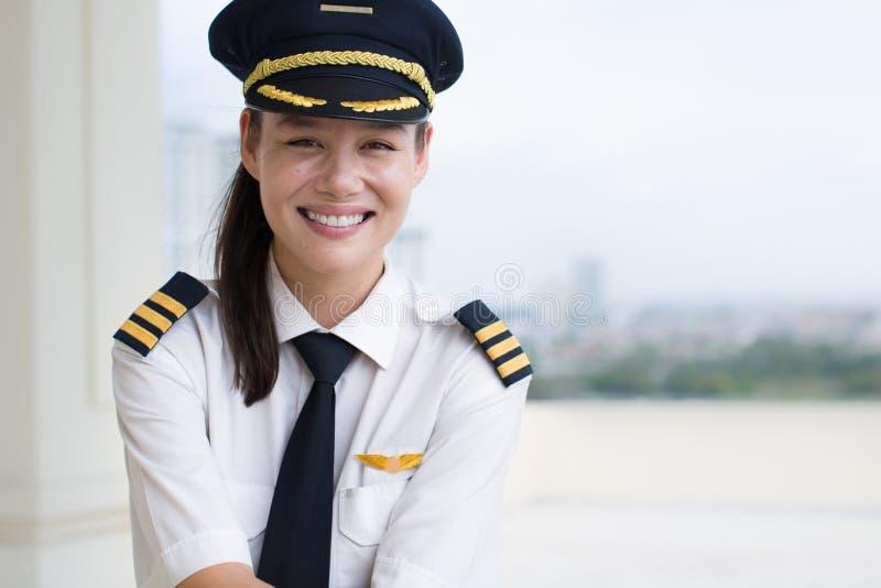 Porträt eines recht weiblichen Pilotlächelns lizenzfreie stockfotografie