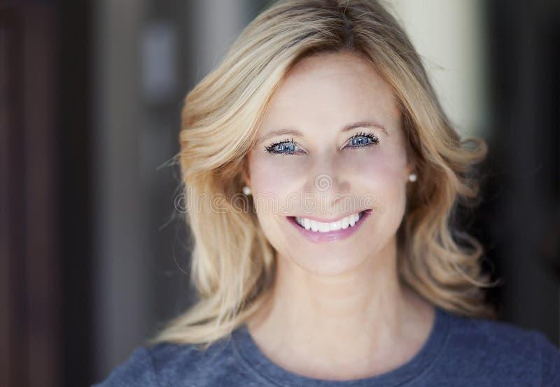 Porträt eines reifen Frauenlächelns stockfotografie