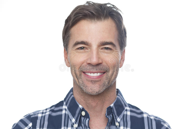Porträt eines reifen Mannes, der an der Kamera lächelt stockbild