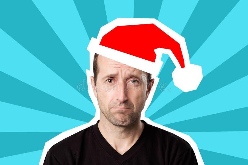 Porträt eines reifen traurigen Mannes in der Weihnachtskappe auf hellem blauem Pop-Arten-Hintergrund lizenzfreie stockfotografie