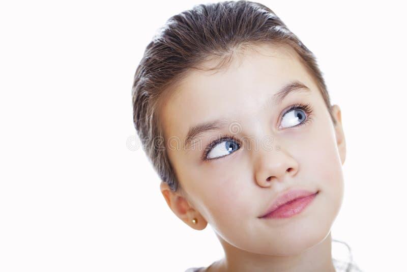 Porträt eines reizend kleinen Mädchens, das an der Kamera lächelt stockfotos