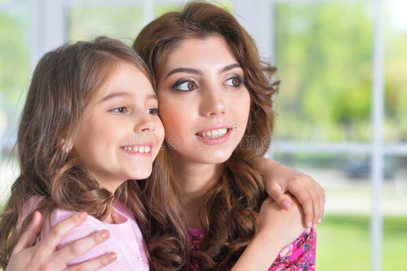 Porträt eines reizend kleinen Mädchens mit Mutter zu Hause stockfotos