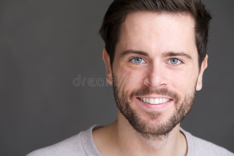 Porträt eines reizend Lächelns des jungen Mannes lizenzfreie stockfotografie