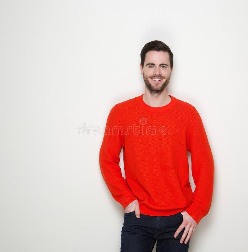 Porträt eines reizend Lächelns des jungen Mannes stockbild
