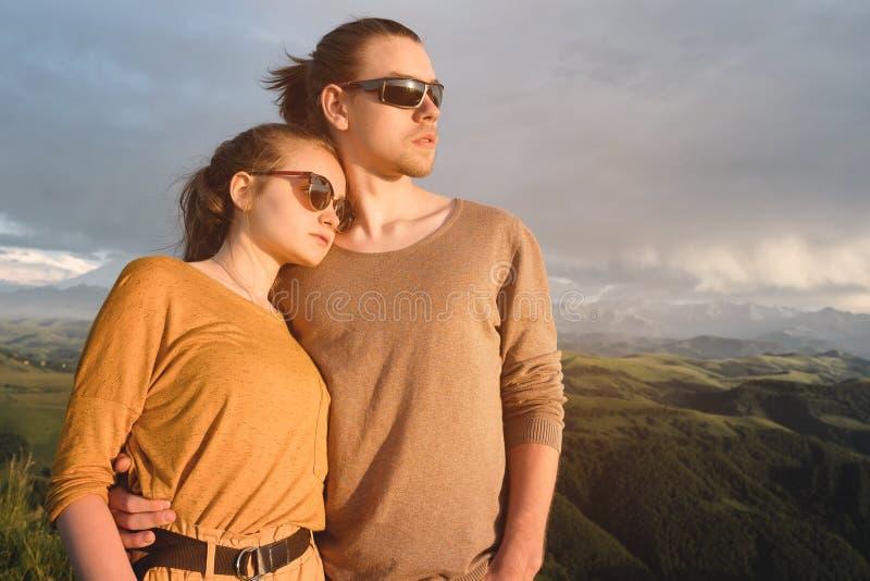Porträt eines romantischen jungen Hippie-Paarumarmens Sie stehen in einer Umarmung im Naturhoch in den Bergen gegen lizenzfreie stockfotos