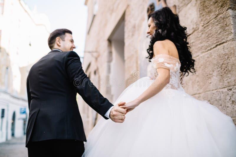 Porträt eines romantischen schönen Paarreisenden, der in geht stockfotografie