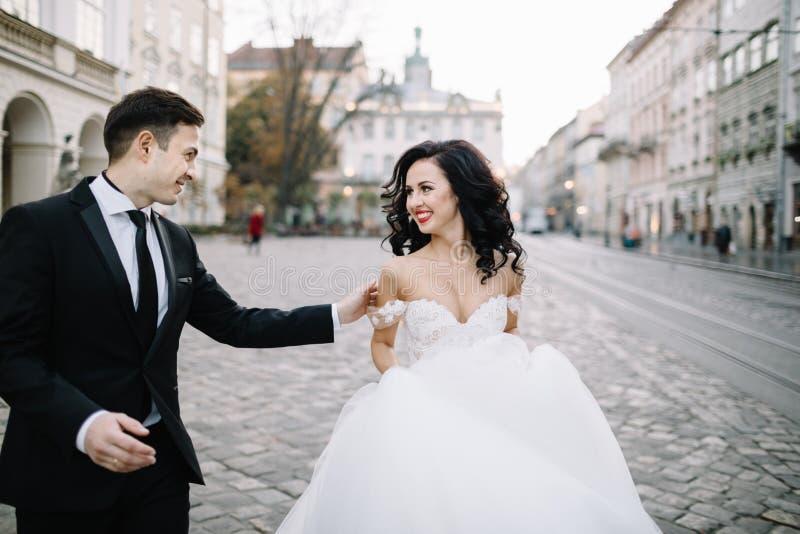 Porträt eines romantischen schönen Paarreisenden, der in geht lizenzfreie stockfotos