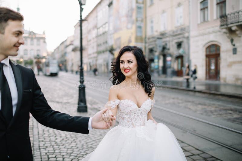 Porträt eines romantischen schönen Paarreisenden, der in geht lizenzfreie stockbilder