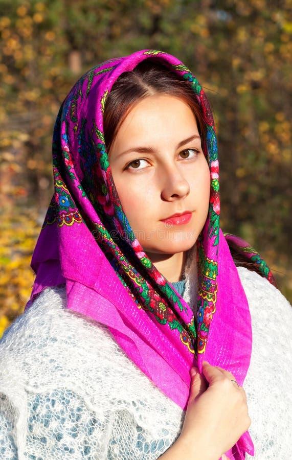 Porträt eines russischen Mädchens in einem hellen Schal stockbilder