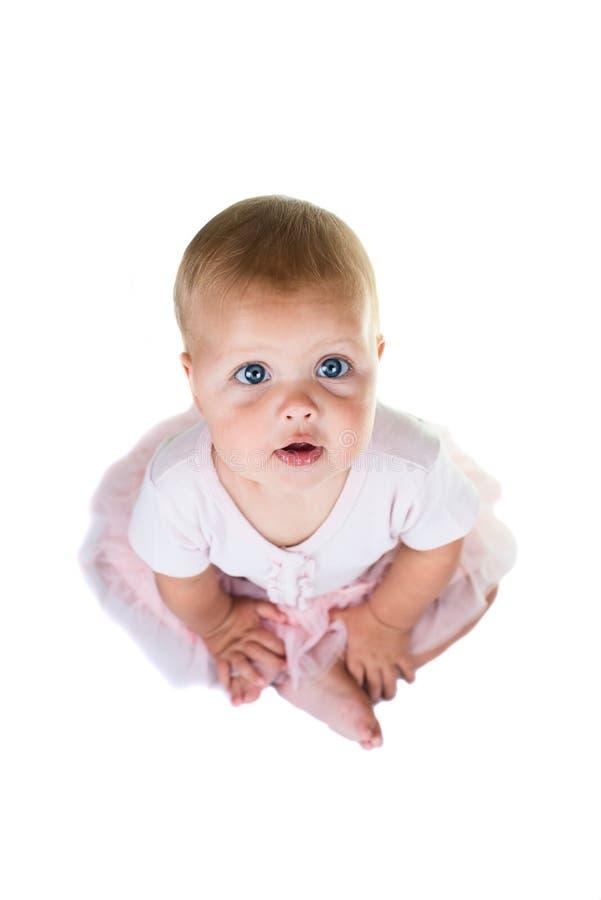 Porträt eines süßen Kindes, das ein rosa Ballettröckchen, eine Halskette und einen Stirnbandbogen, lokalisiert auf weißem Hinterg lizenzfreie stockfotos