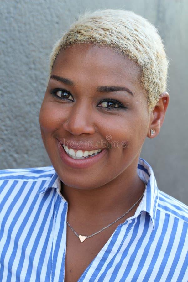 Porträt eines schönen Afrikanerinlachens lizenzfreie stockfotografie