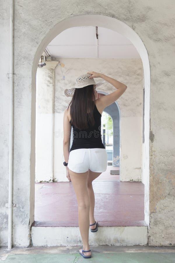 Porträt eines schönen asiatischen Mädchens mit einem Sommerhut lizenzfreies stockfoto
