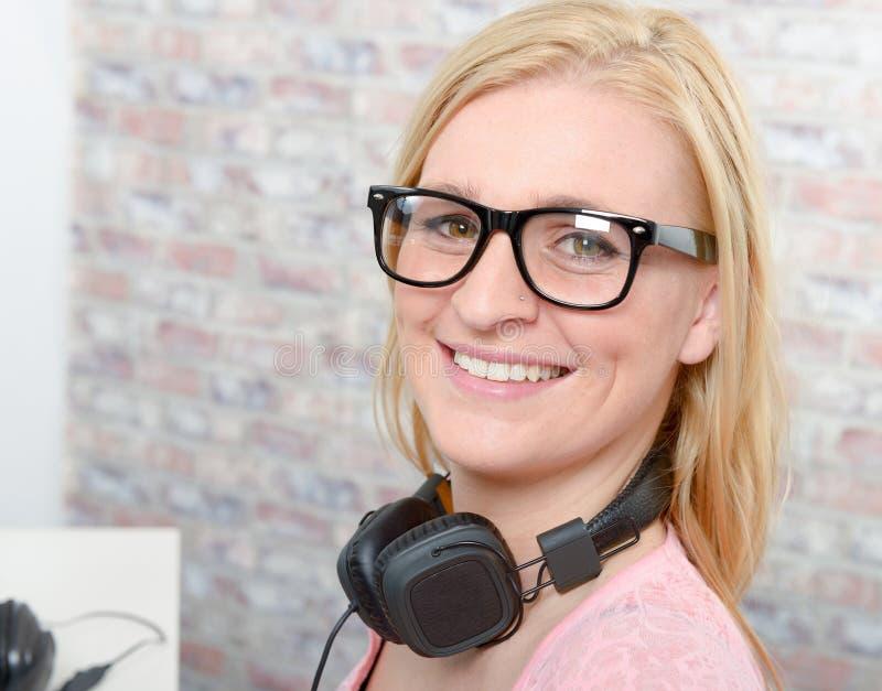 Porträt eines schönen blonden Lächelns mit Gläsern lizenzfreies stockfoto