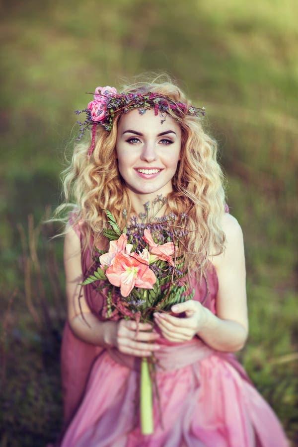 Porträt eines schönen blonden Mädchens in einem rosa Kleid stockbilder