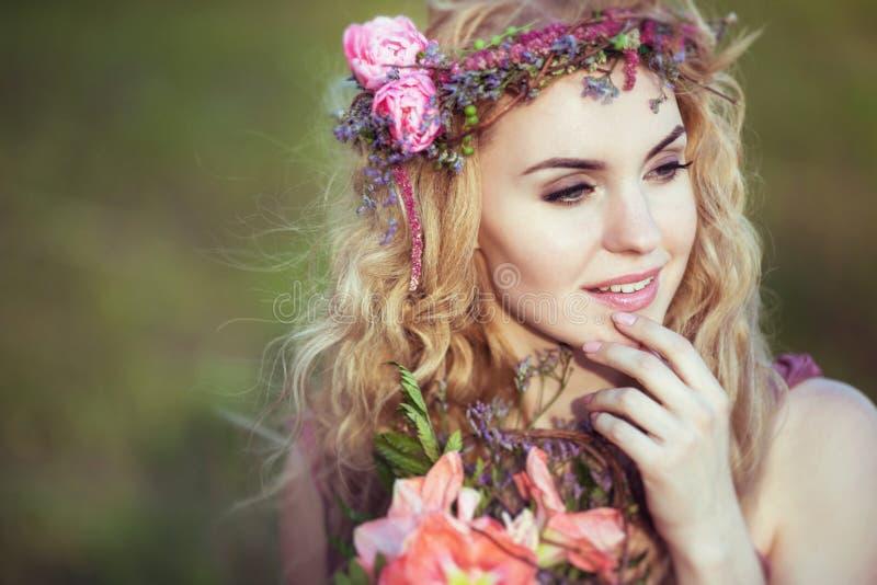 Porträt eines schönen blonden Mädchens in einem rosa Kleid mit mysteriösem Blick stockbild