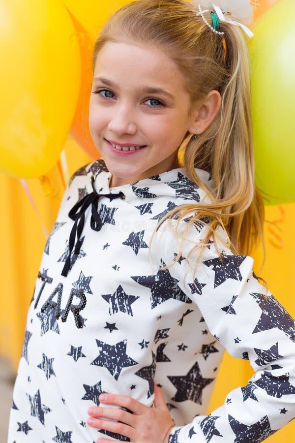 Porträt eines schönen blonden Mädchens mit Gel färbte Bälle auf a stockfotos