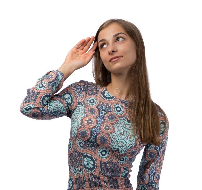 Porträt eines schönen Brunette, der rätselhaft untersucht stockfoto
