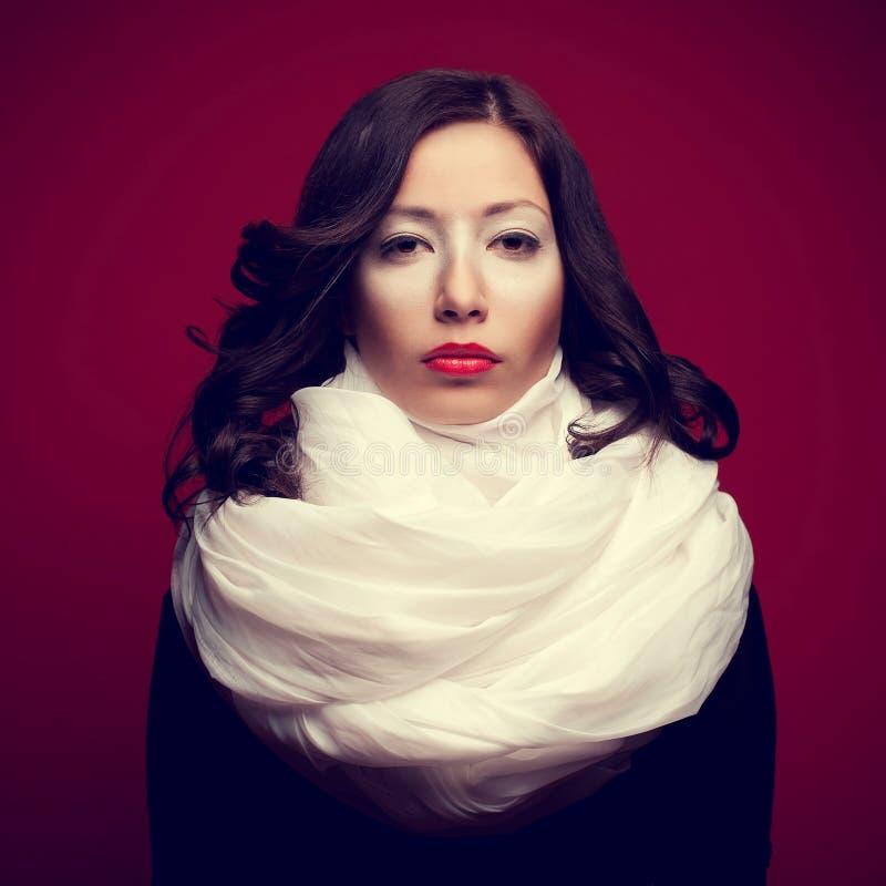 Porträt eines schönen Brunette mit dem Artymake-up, das ein vapo trägt stockbilder