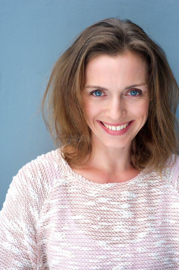 Porträt eines schönen Frauenlächelns mit 40 Jährigen lizenzfreie stockbilder
