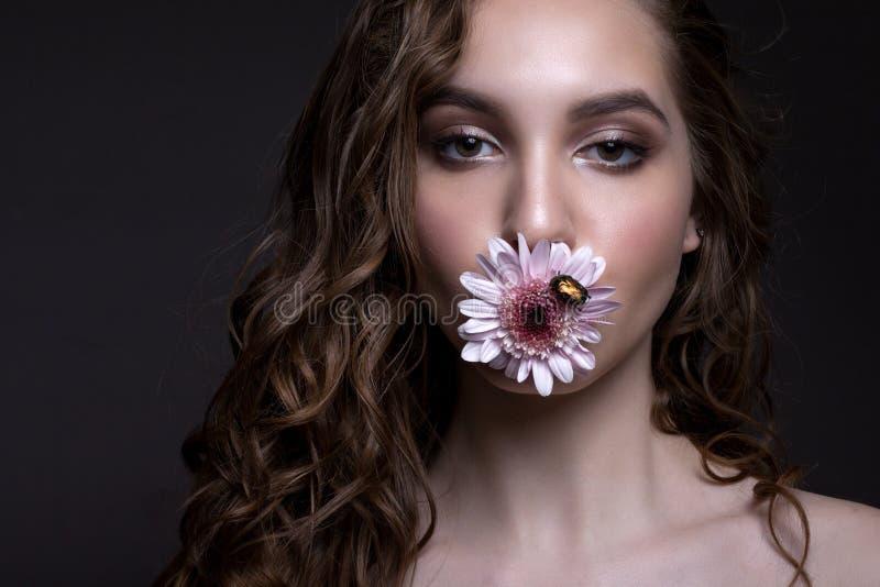 Porträt eines schönen jugendlich Mädchens mit kreativem Make-up lizenzfreie stockbilder