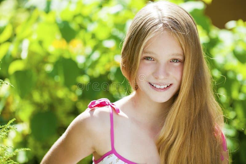 Porträt eines schönen jungen blonden kleinen Mädchens lizenzfreie stockbilder