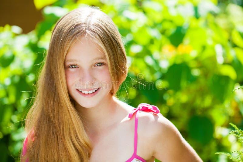 Porträt eines schönen jungen blonden kleinen Mädchens lizenzfreie stockfotografie