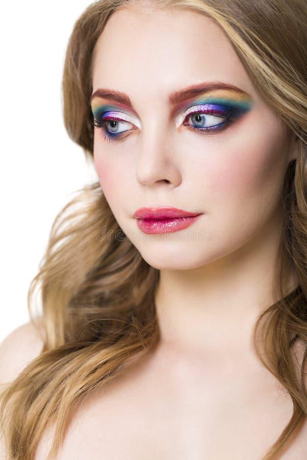 Porträt eines schönen jungen blonden Modells mit hellem bilden stockfoto