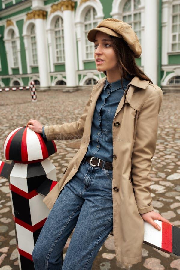 Porträt eines schönen jungen Hippie-Mädchens geht durch die Straßen der alte Stadtspaß und -c$lächeln stockbild