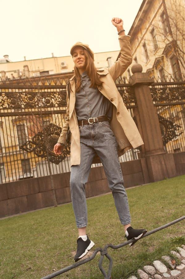 Porträt eines schönen jungen Hippie-Mädchens geht durch die Straßen der alte Stadtspaß und -c$lächeln lizenzfreies stockbild