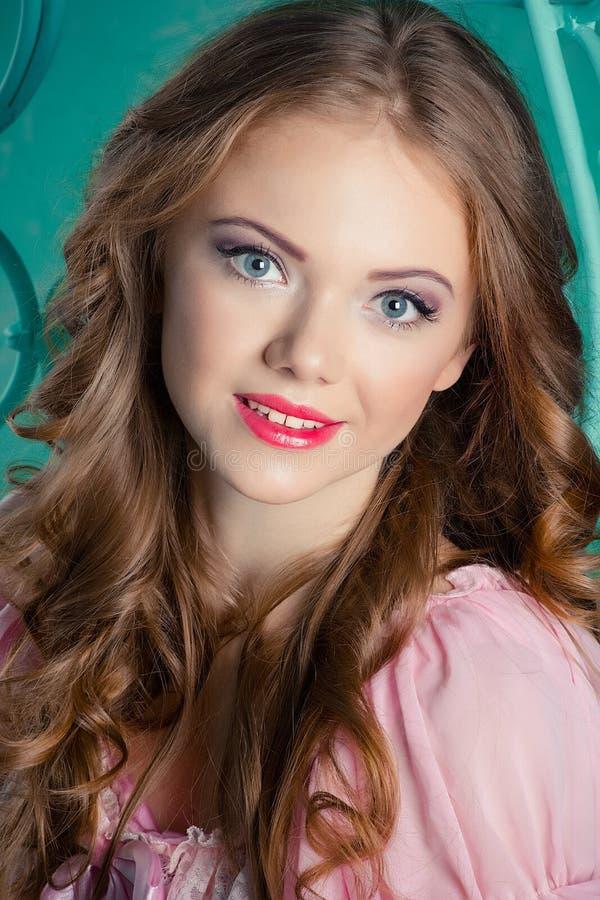 Porträt eines schönen jungen Mädchens stockfotos