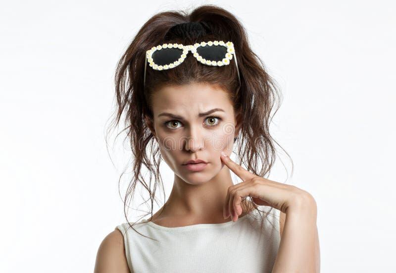Porträt eines schönen jungen Mädchens auf einem hellen Hintergrund Menschliche Gefühle Horror, Schock, Überraschung lizenzfreie stockbilder