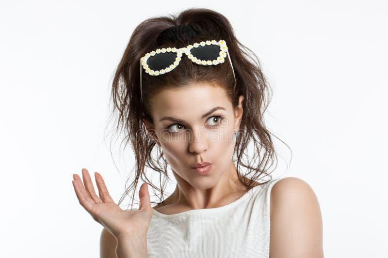 Porträt eines schönen jungen Mädchens auf einem hellen Hintergrund Menschliche Gefühle Horror, Schock, Überraschung lizenzfreie stockfotos