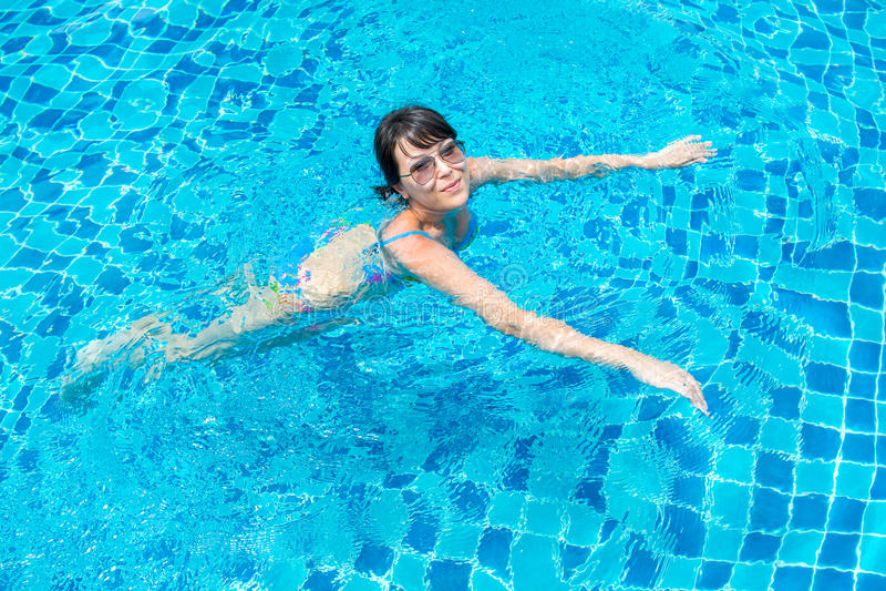 Porträt eines schönen jungen Mädchens beim Sonnenbrilleschwimmen lizenzfreies stockfoto